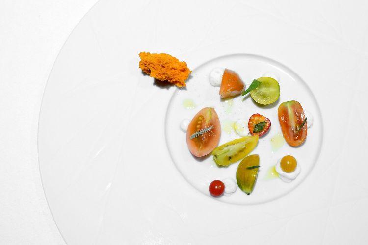 Pomodori di giornata: direttamente dall'orto, otto tipologie di pomodori con sale, evo, pepe, crema di ricotta alla vaniglia, spuma di pomodori secchi, isoppo, santoreggia, basilico al pepe verde