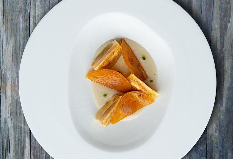Ravioli diavgotaraco, miele di olmo, olio di levistico, frutto del lulo,crema di topinambur di Terry Giacomello, Inkiostro a Parma