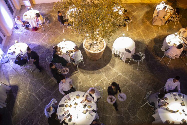 Il giardino esterno del ristorante La Leggenda dei Frati