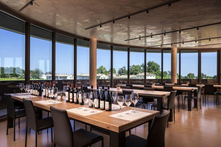 La sala degustazione con i vini prodotti