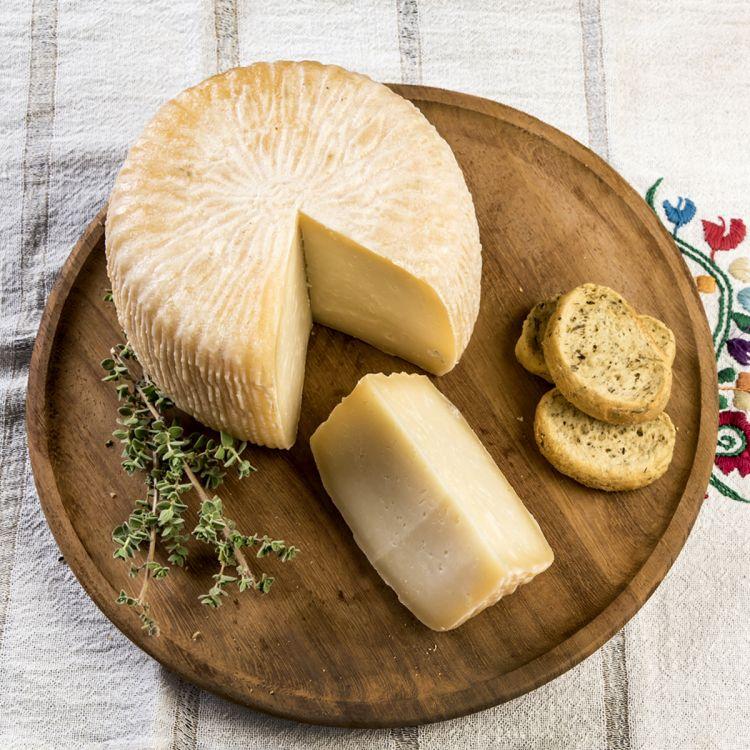 Una forma di Graviera, formaggio tipico cretese ma diffuso anche in altre zone della Grecia
