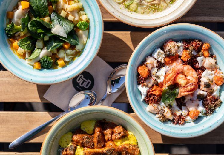 Le GūD Poke Bowl, piatti iconici freschi del marchio Gūd, richiamanoilchirashi giapponese. Stefano Cerveni ha scelto per queste bowl solo risi italiani