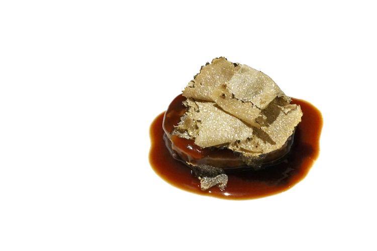 Quaglia à la royale farcita con porcini, guanciale e foie gras e cosparsa di tartufo nero. Maestria tecnica