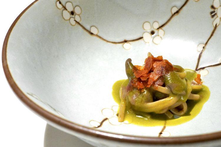 Linguina Felicetti, scalogno fermentato, erba cipollina e 'nduja. Lo scalogno viene lasciato per 40-60 giorni a 65°