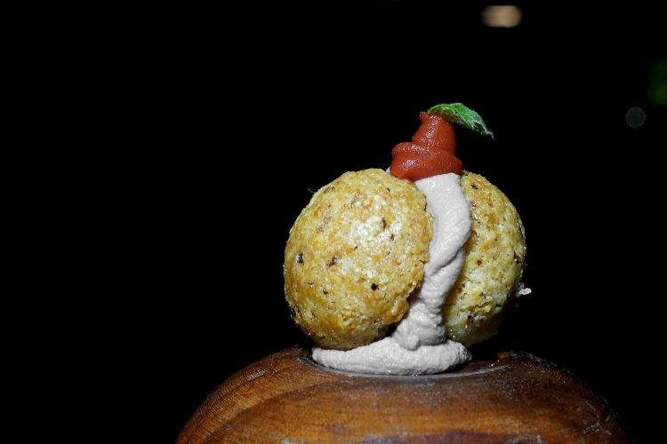 Bacio di dama salato alle nocciole, emulsione di cinghiale, pomodoro infornato e origano selvatico