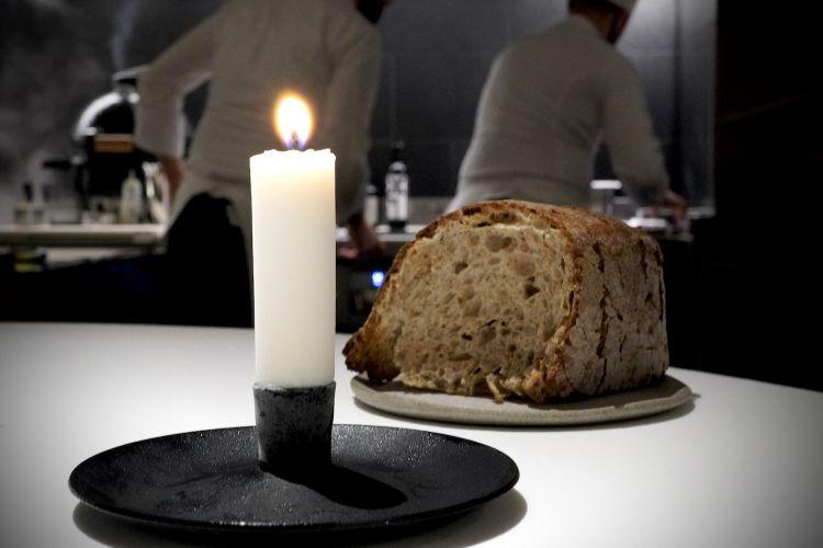 L'eccellente pane (di farina di frumento semintegrale, farina di segale e di farina di grano saraceno) viene servito con un burro salato aromatizzato con i gambi dell'origano selvatico, e poi con una candela di lardo di maiale (la miccia è di canapa)
