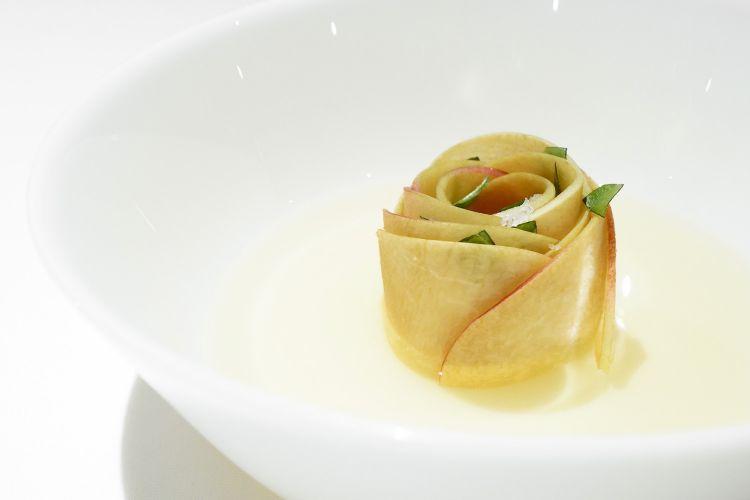 Pesca, pomodoro e basilico (poi estratto di insalata di pomodori e cipolla), un omaggio a Luca Abbruzzino
