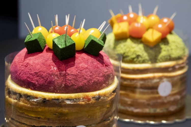 I due eccellenti panettoni gastronomici pensati per la presentazione della guida di Identità Golose. I colori della loro rispettive coperture? Polvere di lamponi per l'opzione vegetariana, di pistacchio per quella classica