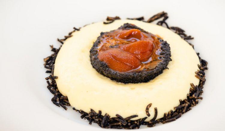 Riccio, guscio fritto e polpa cruda di riccio, spuma di patate ed estratto di prezzemolo(foto Fabio Faso)