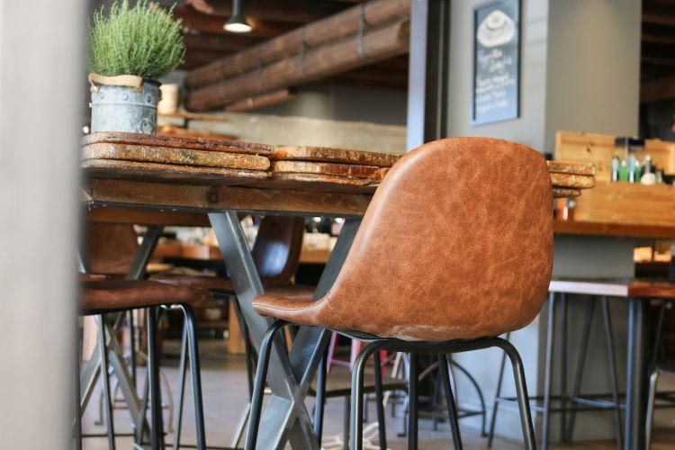 Il tavolone creato con le vecchie assi in legno