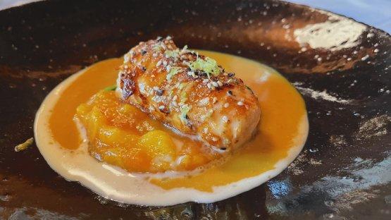 Aragosta su letto di foglie di spinaci con chutney di mango e salse al beurre blanc e al curry