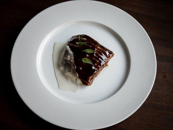 Pluma di maiale nero, salsa aljus di tamarindo e zafferano, lardo di Chiappella e issopo
