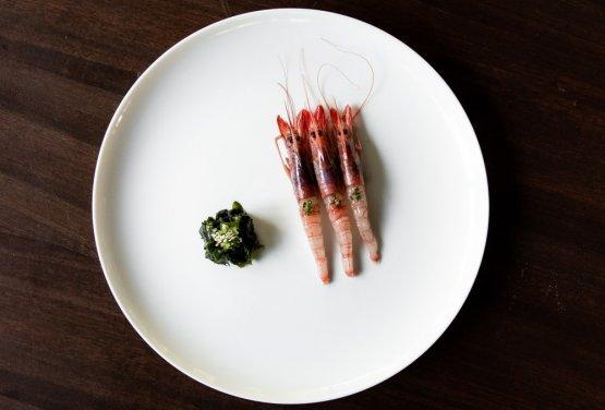 Gamberi viola, cetriolo fermentato, muschio, alga wakame, yuzu e zafferano