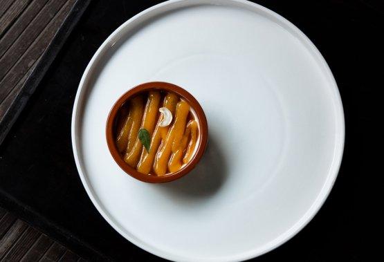 Panna stracotta, caramello salato di anacardi, erba pepe, mango e zafferano