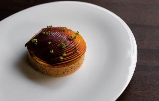 Crostata di mandorle, crema pasticciera allo zafferano, pesche di Volpedo e basilico greco