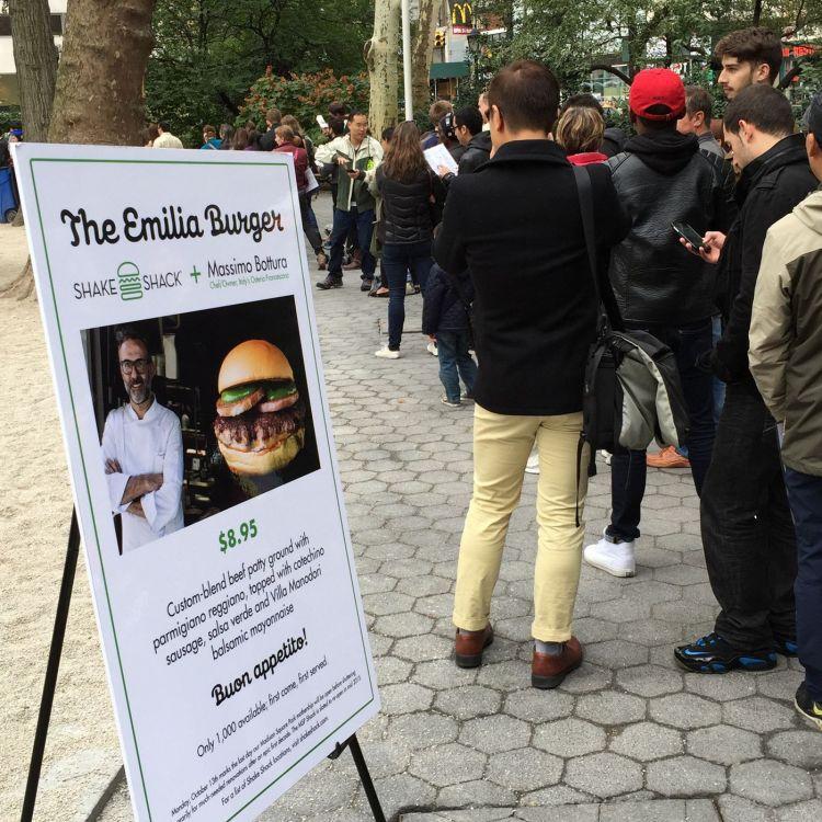 Fila per assaggiare l'Emilia Burger, a New York