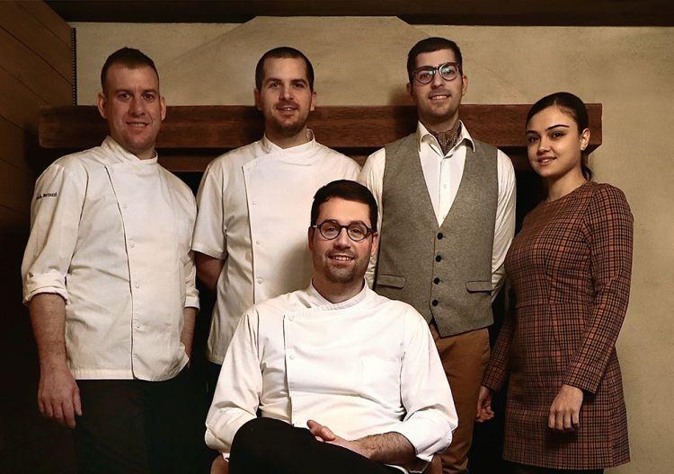Lo chef Giacomo Sacchetto assieme alla brigata del ristorante