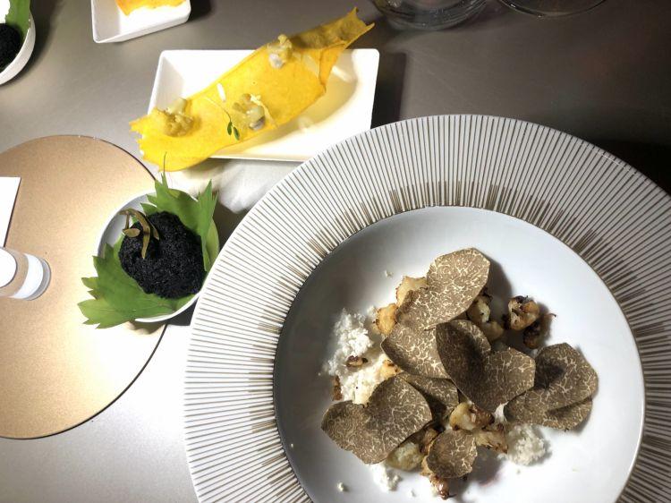 Gioco di cavolfiore di Anna Ghisolfi: acciuga, cavolfiore, mandorla di Sicilia, tartufo della Val Curone e cialda allo zafferano Montebore