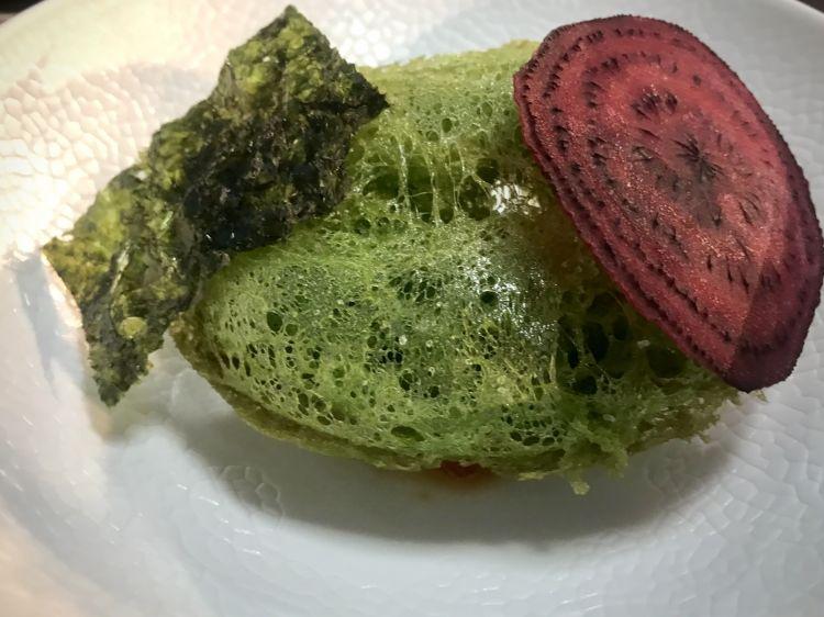 Scampo in tempura verde con acciuga e pompelmo alla soia dal menù Una Finestra sull'estate