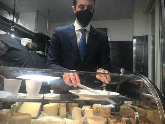 Manuel Tempesta, restaurant eF&Bmanager del Mandarin Oriental Milanoe il sontuoso carrello dei formaggi. Ne nominiamo solo alcuni: il Bettelmatt, l'Erborinato Sancarlone, il Saint Félicien