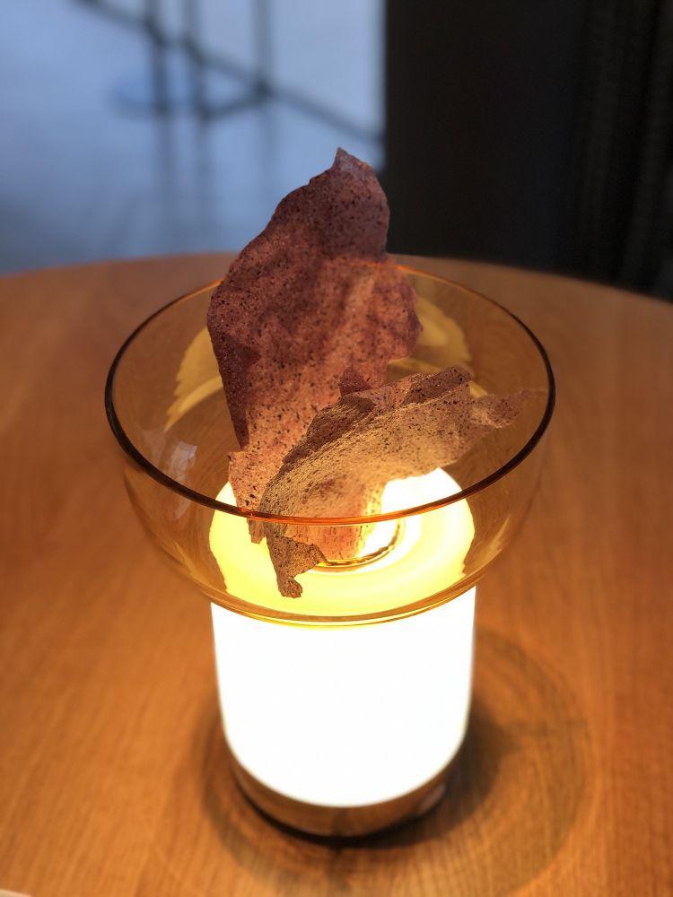 La lampadaBontàcon appoggiate le cialde di mais Morado
