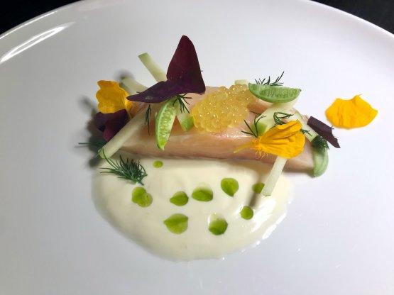 Salmerino alpino marinato crudo, mele Golden Delicious, verjus del maso Röckhof, cucamelon, rafano e aneto