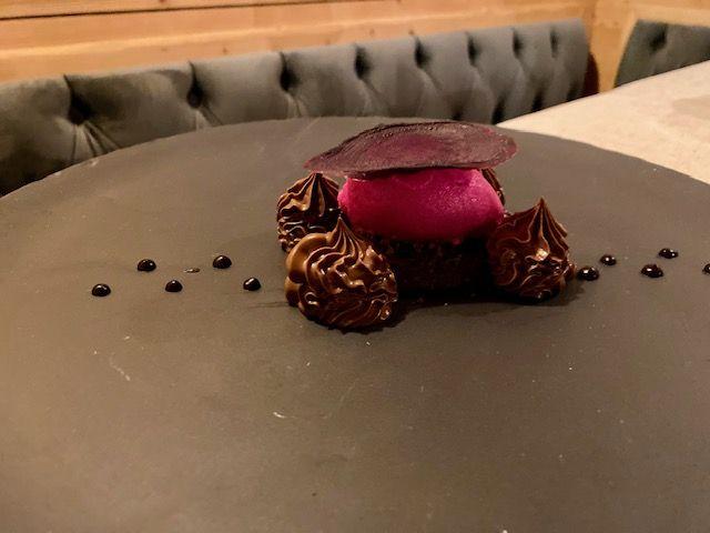 Caprese al cioccolato, crema namelaka cacao 85%, sorbetto barbabietola e crumble salato, decorato con ristretto digianduia e peperoncino
