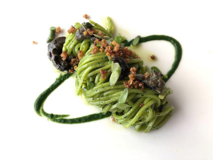 Tagliolini verdi alle ortiche, con lumache, goletta e pungitopo