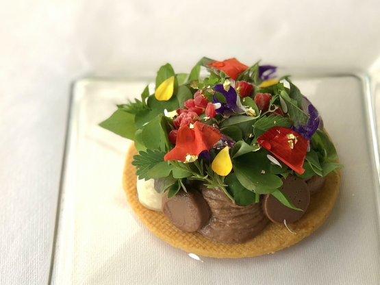 Ritratto di Signora: morbido ai 3 cioccolati, frolla salata, erbe e fiori di campo. Dessert dedicato all'omonimo dipinto di Gustav Klimt