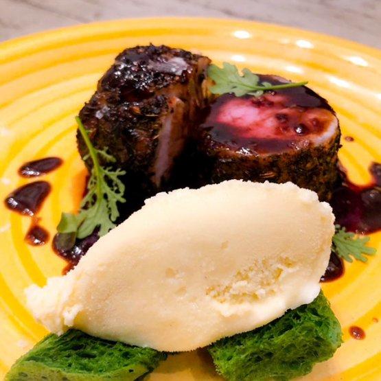 Filetto di maiale cotto al mosto d'uva accompagnato da gelato alla birra