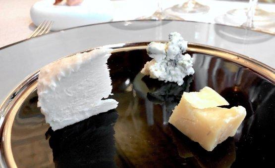 Degustazionedi formaggi. AlComtèdiMarcel Petite, affinato oltre 24 mesi, Raugi abbina a una tisana a base di finocchietto, liquirizia, camomilla e malva