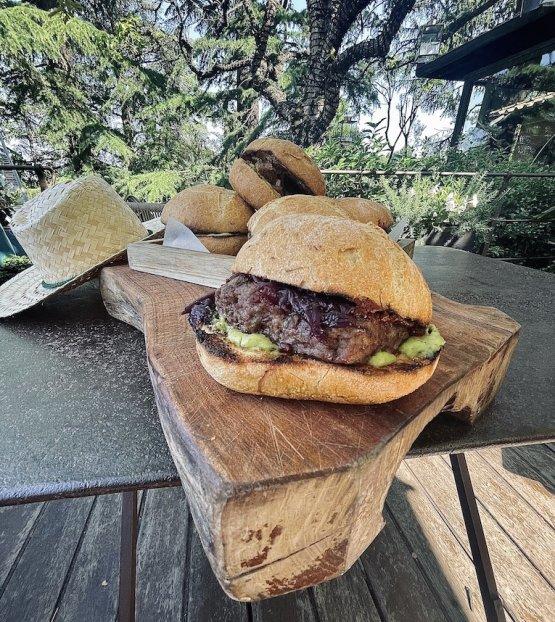 Le golose proposte di Cecchini panini: rosetta artigianale che contiene un burger di manzo da 200 grammi