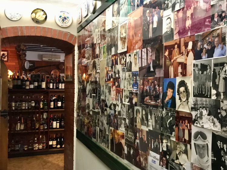 La galleria di foto storiche che ritraggono personaggi del mondo dello spettacolo passati dal ristorante Da O Vittorio