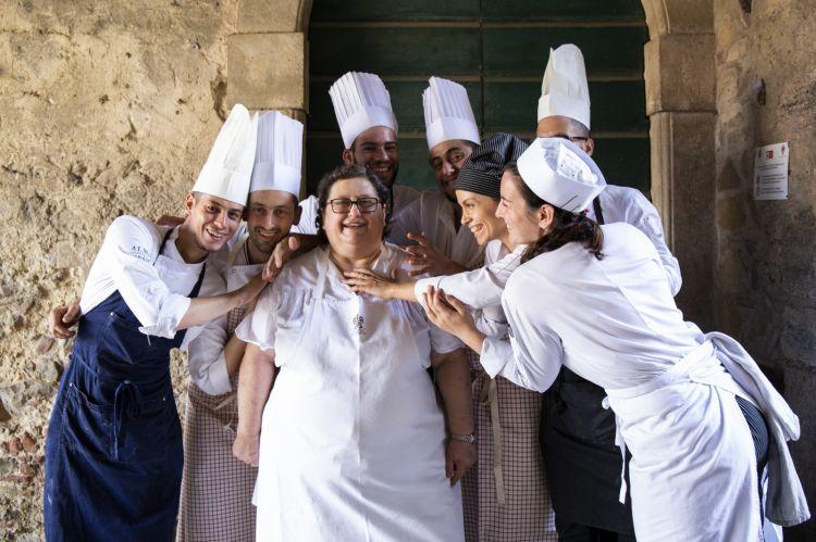 Valeria Piccini con la sua brigata del ristorante Da Caino