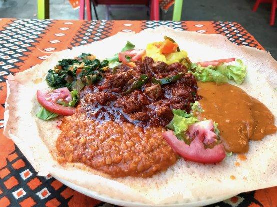 Lo zighinì, con carne di manzo, verdure e crema di legumi speziata è una delle grandi specialità della cucina eritrea e del risotorante Savana