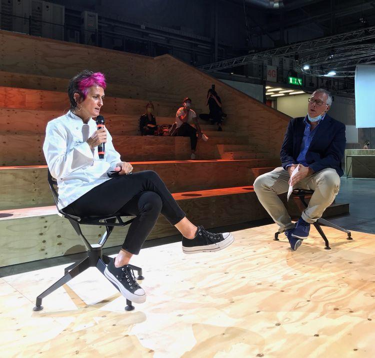 Il giornalista Gabriele Zanatta intervista Cristina Bowerman durante il Food Talk di Identità Golose al Supersalone sul tema cibo e design