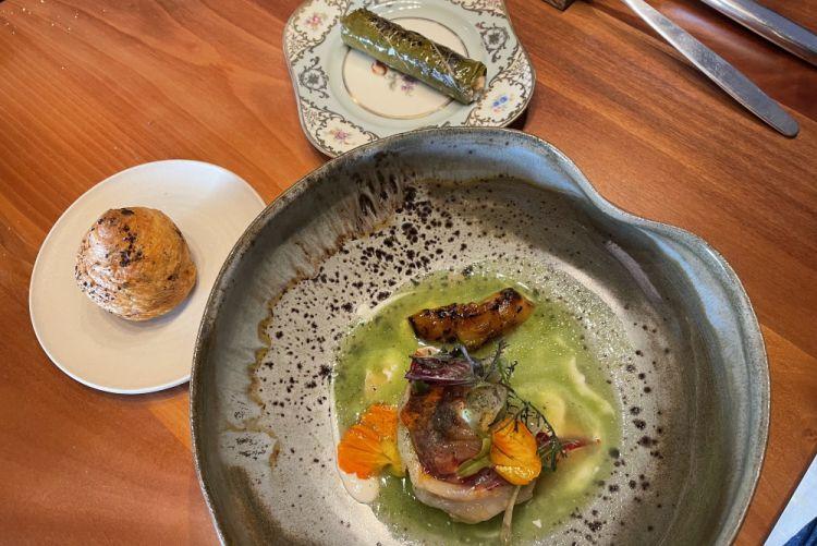 L'astice e il kiwi (astice blu laccato con il grasso dellospeck, riduzione di kiwi, kiwi alla brace, nel piatto più piccolo foglia di vite ripiena della polpa delle chele dell'astice e bulgur)