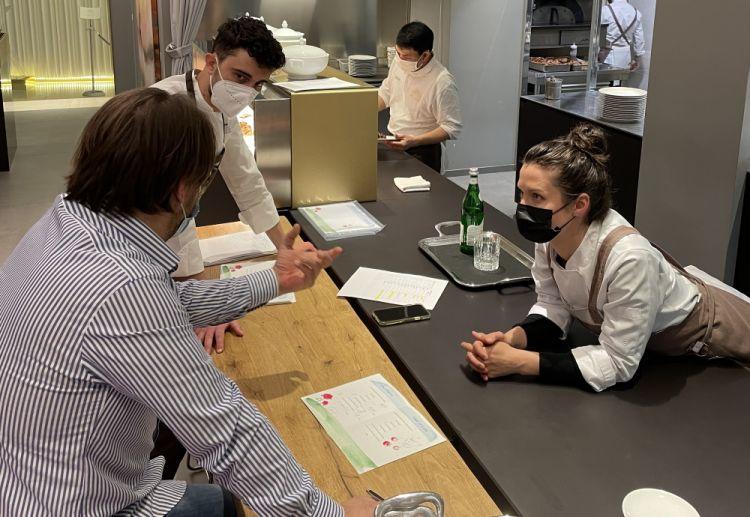 Il meeting prima del servizio con il resident chef di Identità Golose Milano Edoardo Traverso e con il maitre Andrea Polini