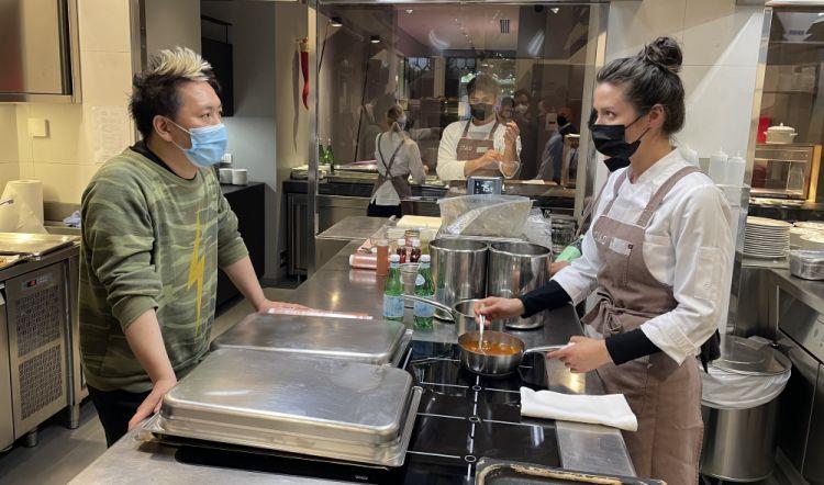 Jessica e Taka nella cucina di Identità Golose Milano