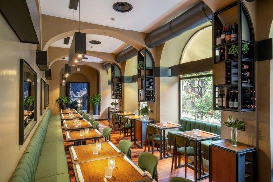 Jacopa: sala interna e terrazza su Roma