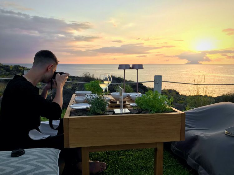 Our Tanio Liottaprepares the space for the photos, on the tables at I Tenerumi. In front of him, a beautiful view