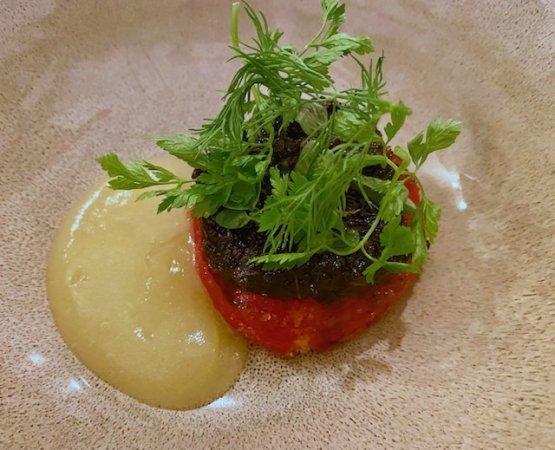 Pomodoro ripieno alla brace, acqua di pomodoro e pesto di erbe tostate