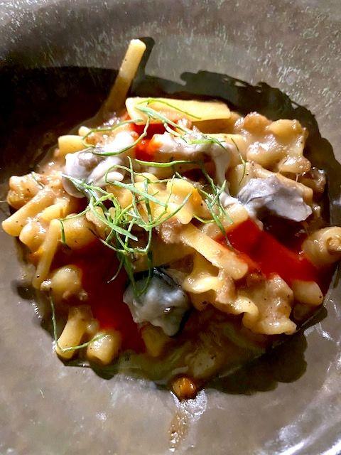 Mescafrancescacon pasta Gerardo di Nola, testina di maiale pelatella, carpaccio d'ostrica e salsa di papaccelle