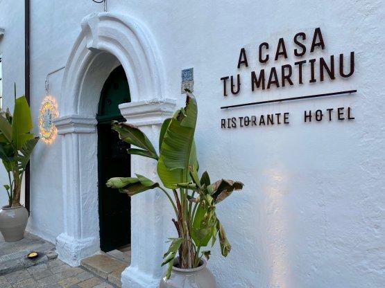 L'ingresso del ristorante A Casa Tu Martinu, nel centro storico di Taviano. La struttura comprende un ristorante etico e un albergo diffuso con antico agrumeto e piscina