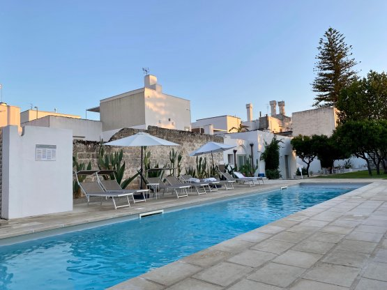 A Casa Tu Martinu non è solo ristorante ma anche albergo diffuso con piscina, spazi verdi e attvitià legate a benessere e relax (lezioni di yoga, trattamenti di bellezza, passeggiate a cavallo e molto altro)
