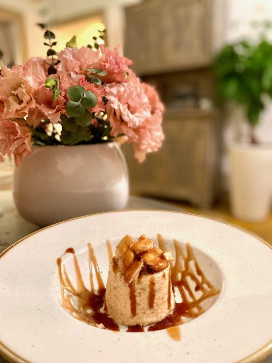 Semifreddo alla cupeta, croccante di mandorle e miele, dolce tipico delle feste patronali salentine