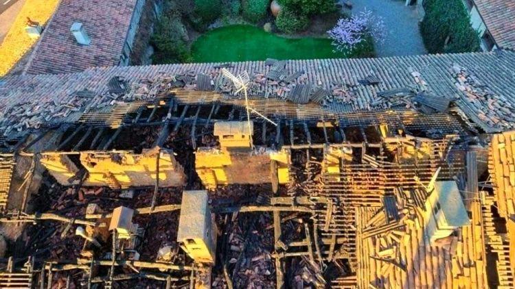 Il tetto de La Rampina distrutto dalle fiamme