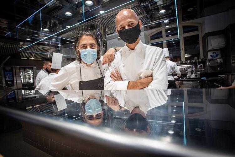 NEW ENTRY. Matteo Baronetto (Del Cambio, Torino) e Riccardo Camanini (Lido 84, Lago di Garda) nel corso di una recente cena a 4 mani (foto Davide Dutto)