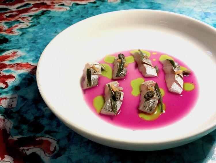 L'unico crudo con pesce nonfrollato: Mormora marinata in aceto e limone, acqua di giardiniera, olio al prezzemolo, capperi, finocchietto marino, aglio croccante (quest'ultimo da dosare però con maggiore attenzione)