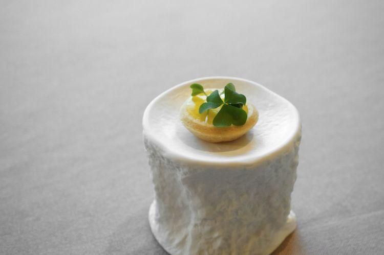 Tartelletta con ricotta del Beigua, pesto, oxalide e peperone giallo